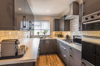 Estate Agents in Chalfont St Peter : Place Estate Agents : 2 Bedroom Flat : Longcroft Road, Maple Cross, Rickmansworth, WD3 : £310,000