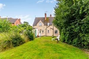 Estate Agents in Chalfont St Peter : Place Estate Agents : 2 Bedroom Property : Hearnes Meadow, Seer Green, Beaconsfield, HP9 : Offers in Excess of £320,000 : Click here for more details on this property