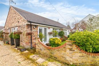 Estate Agents in Chalfont St Peter : Place Estate Agents : 2 Bedroom Property : The Phygtle, Chalfont St Peter, Gerrards Cross, SL9 : Guide Price £575,000