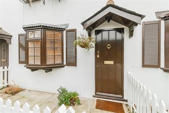 Estate Agents in Chalfont St Peter : Place Estate Agents : 2 Bedroom Terraced House : Lower Road, Chalfont St Peter, Gerrards Cross, SL9 : Offers in Excess of £400,000
