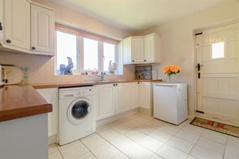 Estate Agents in Chalfont St Peter : Place Estate Agents : 2 Bedroom Property : Lagger Close, Chalfont St Giles, HP8 : Guide Price £585,000