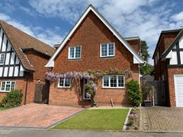 Estate Agents in Chalfont St Peter : Place Estate Agents : 3 Bedroom Detached House : Deanacre Close, Chalfont St Peter, Gerrards Cross, SL9 : Offers Over £650,000 : Click here for more details on this property