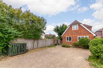 Estate Agents in Chalfont St Peter : Place Estate Agents : 2 Bedroom Detached House : Howard Crescent, Seer Green, Beaconsfield, HP9 : £1,500 pcm