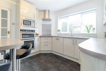 Estate Agents in Chalfont St Peter : Place Estate Agents : 4 Bedroom Terraced House : Barrards Way, Seer Green, Beaconsfield, HP9 : Guide Price £575,000