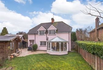 Estate Agents in Chalfont St Peter : Place Estate Agents : 4 Bedroom Detached House : Raeside Close, Seer Green, Beaconsfield, HP9 : Offers Over £960,000