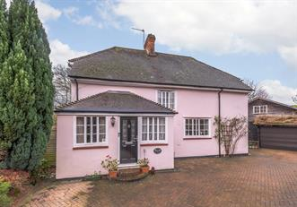 Estate Agents in Chalfont St Peter : Place Estate Agents : 4 Bedroom Detached House : Raeside Close, Seer Green, Beaconsfield, HP9 : Guide Price £985,000